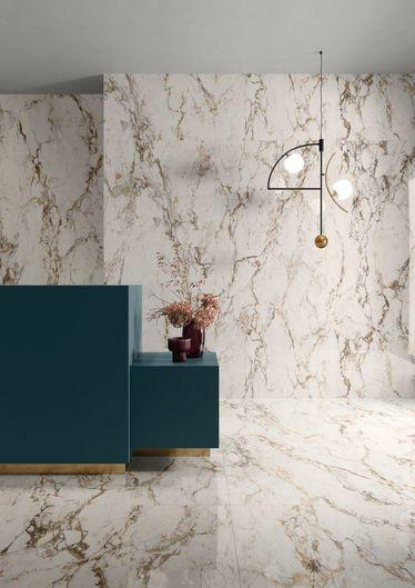 soggiorno con rivestimenti effetto marmo